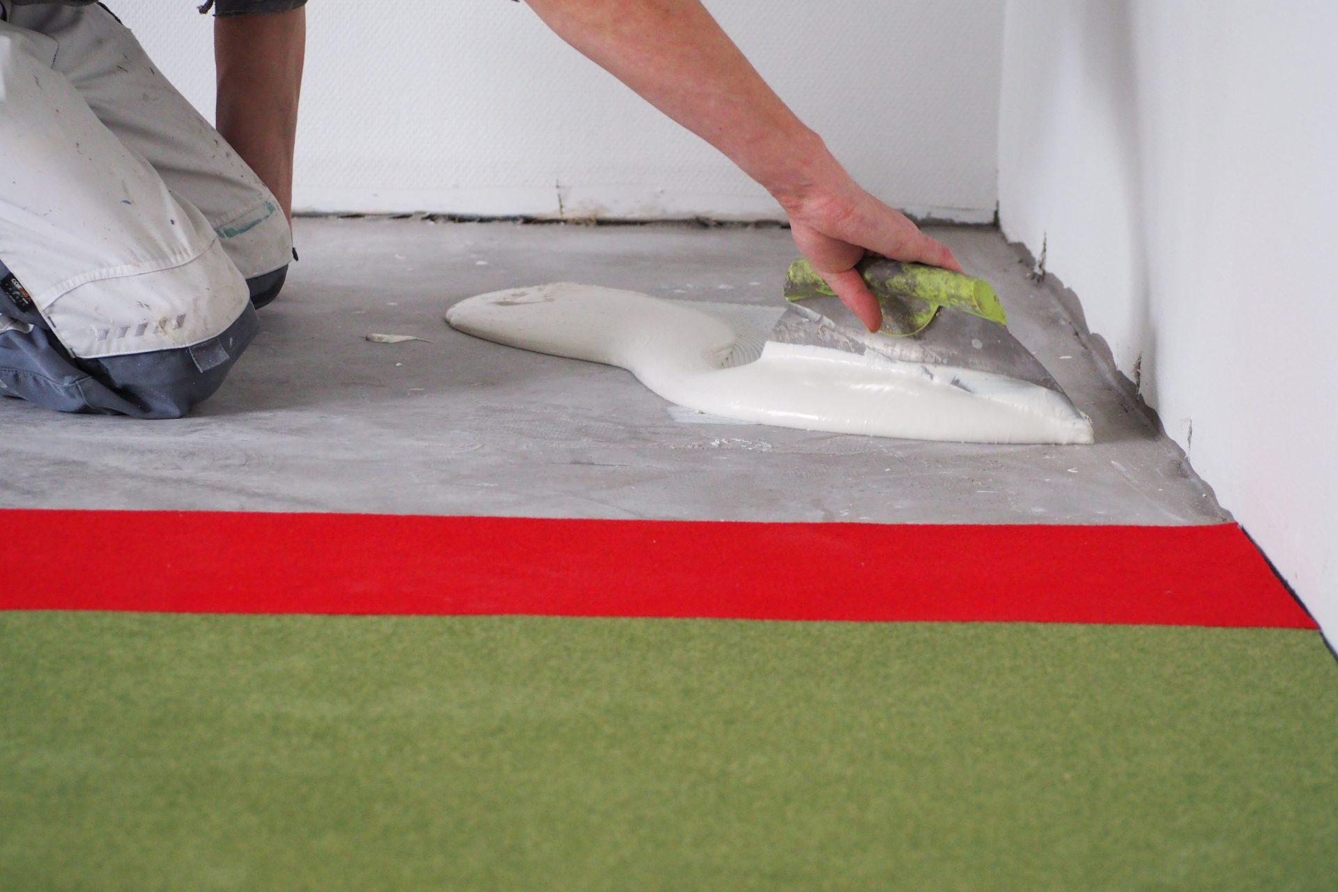 Fest verklebt – dieser Teppich wird keine Stolperfalle